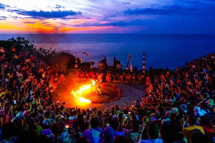 Pertunjukan Kecak Bali, Indonesia di Tepi Pantai Uluwatu. www.fotonesia.net sumali ibnu chamid