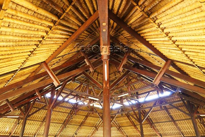 Atap rumah Khas Bali, berada di Taman Ayun Bali, Indonesia. www.fotonesia.net Sumali Ibnu Chamid