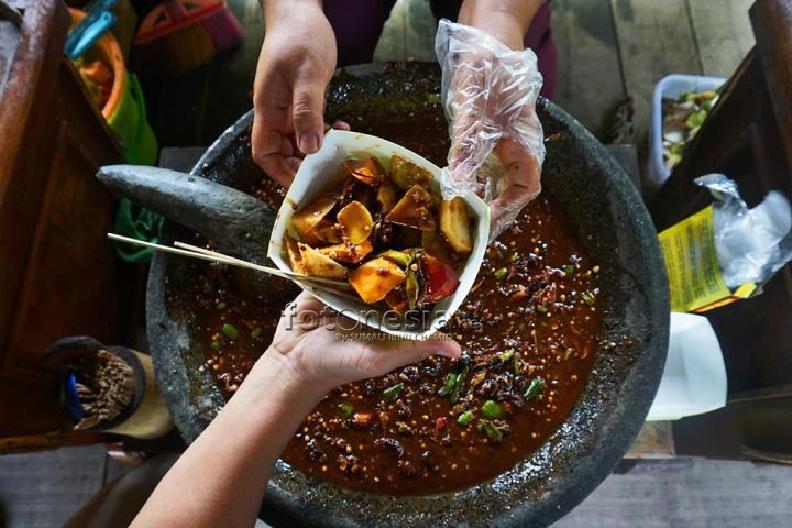 Rujak- Makanan Khas Nusantara yang padat vitamin. dibuat dengan buah segar dibumbui dengan sambal. Foto ini tercatat sebagai Juara 1 Lomba Foto Nusantara 2016. www.fotonesia.net Sumali Ibnu Chamid